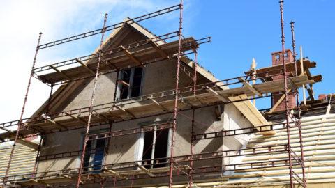 Lidé si na bydlení letos půjčují o čtvrtinu méně než vloni. Peníze nejčastěji využívají na rekonstrukce a stavbu nového obydlí