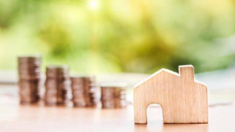 Sněmovna schválila zrušení daně znabytí, zachovala odpočty úroků