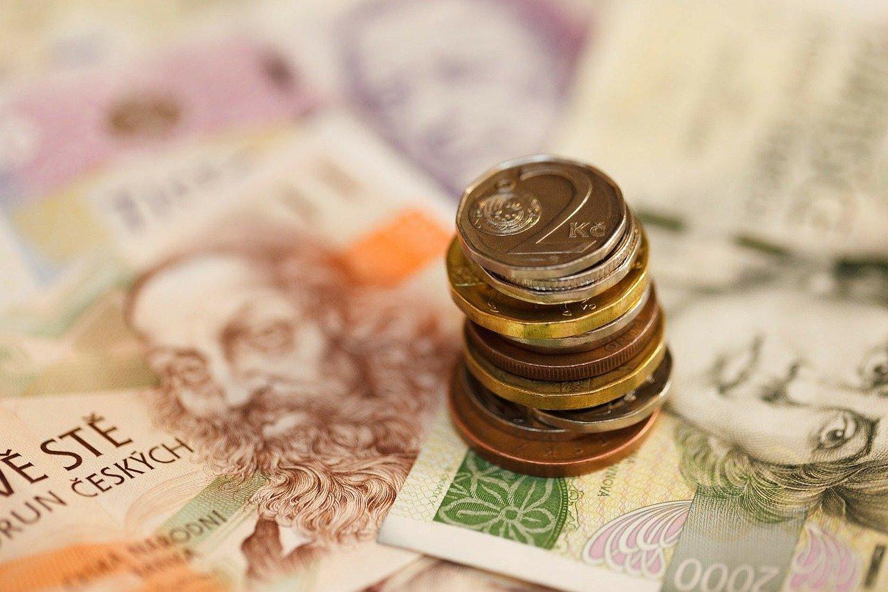 Peníze - bankovky - mince - české koruny - CZK