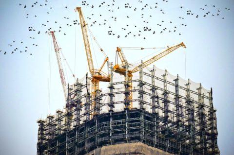České stavebnictví stále hledá své koronavirové dno, vPraze se včervenci začalo stavět 46 bytů