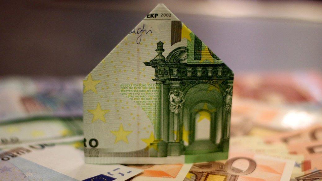 Peníze - bankovky - eura - dům - zrušení daně z nabytí