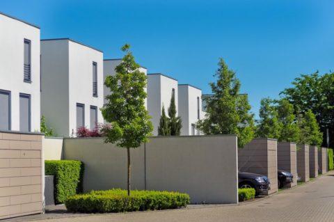 Počet zahájených staveb bytů loni klesl o 24,5 procenta